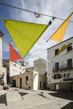 une installation dynamique et en constante évolution à la rustique Piazza Faber, en Sardaigne dans la ville de Tempio Pausania dans la partie nord de l'île, en Italie.