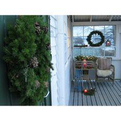En krans på ytterdøra og en i vinduet på terrassen. Julestemning. :) @minoase #minoaseno #julekrans #terrasse #levlandlig #mynorwegianhome #mynorwegianhome