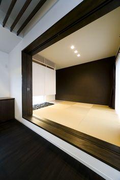 この写真「幅のある框と黒壁が、遠近のある絵画のように見えるモダンな和室」はfeve casa の参加建築家「鐘撞正也/フリーダムアーキテクツデザイン株式会社」が設計した「黒の裾野」写真です。「和モダン」に関連する写真です。「エコハウス 」カテゴリーに投稿されています。