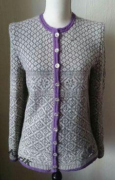Variant af ældre model. Helt fantastisk Knitting Stiches, Lace Knitting, Knit Crochet, Knit Patterns, Clothing Patterns, Etnic Pattern, Norwegian Knitting, Fair Isle Knitting, Knit Cardigan