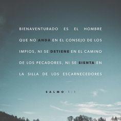 Dios bendice a quienes no siguen malos consejos ni andan en malas compañías ni se juntan con los que se burlan de Dios. Salmos 1:1 TLA