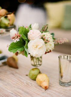 #wedding #budget friendly idea #mélanger fleurs et fruits pour les centres de tables