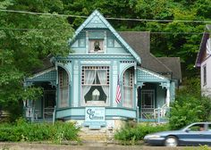 In the Eureka Springs Historic District, Arkansas. Folk Victorian, Victorian Homes, Victorian Cottage, Eureka Springs Arkansas, Victorian Architecture, Little Houses, Old Houses, Tiny Houses, Beautiful Homes