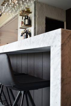Restaurant Noord 57 is een unieke plek. Je kan er heerlijk eten in een prachtige setting! Absolute blikvanger is de prachtige bar in Carrarra marmer. Een witte marmer lijkt geen evidente keuze. Maar de stenen van Potier Stone krijgen standaard een QTOP®+ behandeling om vlekken te voorkomen. De eigenaars zijn tevreden met het resultaat. Missie geslaagd! #marmer #marble #Noord57 #VandecasteeleEnVanhoorenArchitectenbureau #kvarch #Dtonic #PotierStone