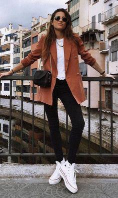 #GuitaModa. Blazer marrom, tons terrosos, t-shirt branca, calça preta skinny jeans, tênis branco all star