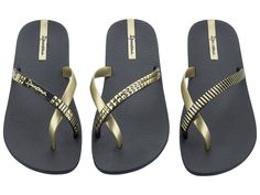 """This Ipanema Premium sandals """"pair of model """"Glam"""" in black / gold can be combined depending on your mood. Gold Shoes, Gold Sandals, Black Sandals, Black Shoes, Shoes Sandals, Ipanema Sandals, Ipanema Flip Flops, Gisele Bündchen, Black Gold"""