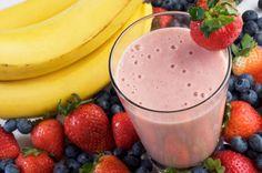 Bebida combinada de frutos rojos con banano...los smoothies son deliciosos y nutritivos.