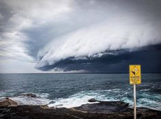 """There are some days, a meteorological phenomenon occurred both frightening and fascinating on the Australian coast of New South Wales in Sydney. Occurring at the beginning of a storm, a """"cloud tsunami"""" (clouds tsunami) several kilometers spilled across the sky above the town and beaches. Pictures of apocalyptic atmospheres were shared on social networks; here is a selection. (Sorry for lazy translation from French!)"""
