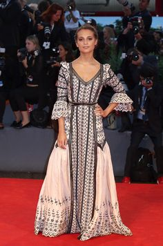 Alicia Vikander en robe Louis Vuitton sur-mesure et sandales Louis Vuitton