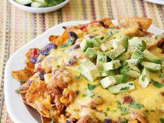 Überbackene Tortilla-Chips mit Hähnchen und Avocado | http://eatsmarter.de/rezepte/ueberbackene-tortilla-chips-mit-haehnchen-und-avocado