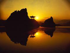 강에 솟아있는 세 가지 봉우리, 충북 단양 도담삼봉의 멋진 일출