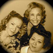 Muistoissamme Harmony Sisters – herkkupaloja nostalgiannälkään! Triossa laulavat Riika Pelo, Marita Taavitsainen ja Marja Porkka. Kotkan Kaupunginteatteri, 30.4.2015.