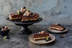 Vår oppskrift på raw sjokoladekake med havre og nøttebunn er en lekker festkake som også kan serveres som en nydelig dessert. Chocolate Drip, Raw Food Recipes, Healthy Tips, Berries, Snacks, Baking, Cake, Desserts, Tailgate Desserts