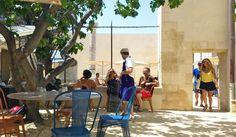 D'épais murs de pierre enserrant une cour en terre battue, des tables et chaises bistrot  colorées sous un majestueux figuier, une clientèle décontractée et un personnel élégant en tablier et casquette. Une ambiance Lubéron en plein cœur de Marseille, c'est si reposant !
