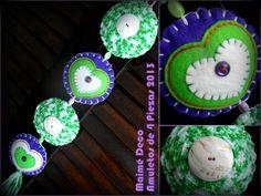 Amuleto Colgante de Cuatro Piezas - 55 cm aprox. Colores: Verde Lima, Violeta y Blanco. Materiales: Pañolenci, Lanas, Botones de Nácar Heredados y Cuentas de Vidrio; relleno de Vellón Siliconado.