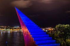 帶你通往夢想的階梯  紐西蘭雕塑家 David McCracken 在澳大利亞Bondi海灘的作品。  不知道可不可以爬阿…會帶我去摘傑克的蜿豆嗎?