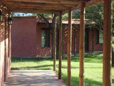 Hotel de diseño colonial con las típicas galerías de época.