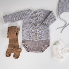 Bladrillejakke Newborn Outfits, Baby Boy Outfits, Kids Outfits, Crochet Baby Sweaters, Knitted Baby Clothes, Knitting For Kids, Baby Knitting Patterns, Knit Fashion, Boy Fashion
