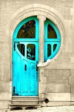 a art nouveau bate à porta três vezes.art nouveau knocks 3 times on the door. Cool Doors, Unique Doors, Art Nouveau, Turquoise Door, Teal Door, Blue Doors, Foto Poster, Door Knockers, Doorway