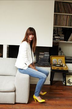 madewell--white blazer + skinny jeans + yellow pumps