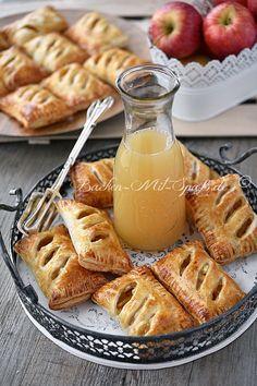 Leichte, knusprige Apfeltaschen aus Blätterteig. Sie sind leicht süß und einfach und schnell zuzubereiten.