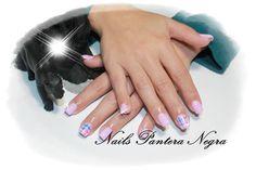 Unhas em Gel cor rosa clasico com nail art feita á mão!