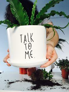 """Biała, minimalistyczna doniczka  """"TALKO TO ME."""" malowana ręcznie. Doniczka sprzedawana bez roślinki. Wysokość 14cm, otwór średnica 14cm. Doniczka ma dziurę do odprowadzania wody, dlatego..."""