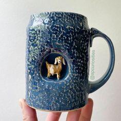 Canecas artesanais que vão deixar seu café mais feliz Coffee Mugs, Pottery, Tableware, Ceramic Mugs, Handmade Pottery, Handmade Crafts, Creativity, Happy, Ceramica