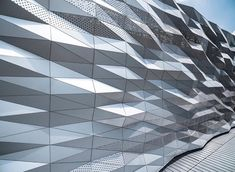 Gallery of The Street Ratchada / Architectkidd - 13 irregularities created by controlled process Triangular Architecture, Parametric Architecture, Parametric Design, Facade Architecture, Metal Cladding, Metal Facade, Metal Panels, Building Skin, Building Facade