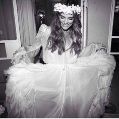 """174 Me gusta, 5 comentarios - Elena Escamilla   Bohoidea (@bohoidea) en Instagram: """"⚜Un vestido hecho de nubes blancas⚜ @vivibellaish_studio @danafrider @sasha_prilutsky @mikibuganim…"""""""