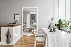 Set in a building and packed with original features, have a look at this stylish swedish apartment. Grand double doors, tall window, light, and neutral colour palette enhances the fresh and airy feel. Scandinavian Interior Design, Gray Interior, Nordic Design, White Apartment, Family Apartment, Tall Windows, Swedish House, Fourth Wall, Gothenburg