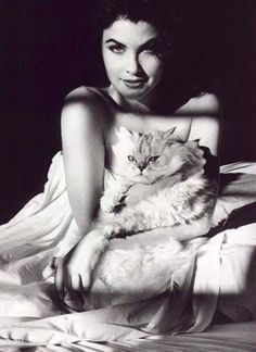 Sherilyn Fenn (of Twin Peaks fame) with cat!!