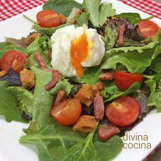Esta ensalada lyonesa proviene de la ciudad de Lyon, en Francia. Se sirve con un huevo escalfado y una vinagreta de mostaza. La receta es muy sencilla.