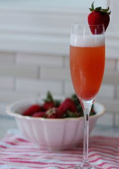 Para que le cambies un poco a la mimosa tradicional, prueba esta deliciosa mimosa de fresa, ideal para un brunch dominical.