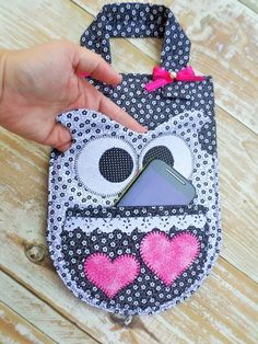 LIXEIRA PARA CARRO DE CORUJA Owl Sewing, Sewing Dolls, Sewing Crafts, Phone Charging Holder, Phone Holder, Car Holder, Patchwork Bags, Sewing Patterns, Sewing Ideas