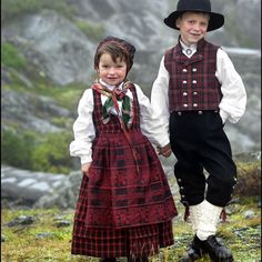 Children from Valdres Norway (The little girl is wearing the Ruttastak fra Valdress bunad. Traditional Fashion, Traditional Dresses, Beautiful Children, Beautiful People, Folk Costume, Costumes, Norwegian Clothing, Folklore, Frozen Costume