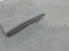 Kit fralda de boca ( 31x31cm ) + fralda e ombro ( 53x65cm ) 100% algodão com barrado de piquet bordado guirlanda com inicial do nome. R$ 45,00