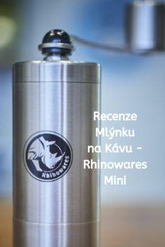 Rhinowares Mini je malý kompaktní mlýnek, který nezklame. Je ideální k Aeropressu, protože můžete pomocí přiloženého adaptéru mlít kávu přímo do aeropressu nebo při cestování ho do něj vložit. Výsledná káva z mlýnku je rovnoměrně pomletá a kvalita je velmi uspokojující. Více si o Rhinowares Mini můžete přečíst v recenzi. Flask, Travel Mug, Barware, Mugs, Tableware, Dinnerware, Tumblers, Tablewares, Mug