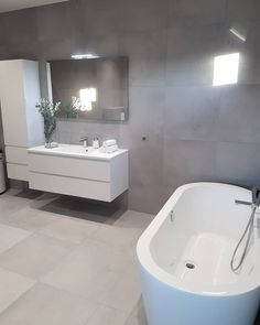 Badkamer Upstairs Bathrooms, Grey Bathrooms, Laundry In Bathroom, Master Bedroom Closet, Master Bathroom, Family Bathroom, Bad Inspiration, Bathroom Inspiration, Modern Bathtub