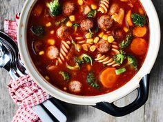 Valitse makkara tai Mifu, ja valmista talkoisiin iso kattilallinen maukasta keittoa.