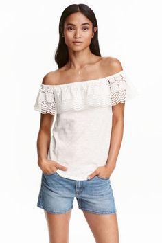 Off-the-shoulder top in slub cotton jersey with elastication and a woven flounce with broderie anglaise at the top. Off Shoulder Shirt, Off The Shoulder, Estilo Denim, Mode Jeans, Denim Fashion, Street Fashion, Capsule Wardrobe, Fashion Online, Style Me