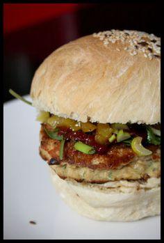 Hamburger au saumon (pains à hamburger maison tartinés de houmous à l'amande et au gingembre, une galette au saumon, un peu de mangue acidulée, des poivrons marinés...)