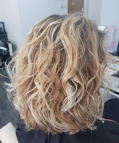 30 Stunning Summer Lob Haircuts We Love (July 2019 Collection) Summer is in full swing so why not add a fun summer hairstyle to go with it. Lobs are the perfect hairstyle to rock during the summer since they are Wavy Haircuts Medium, Medium Hair Cuts, Medium Hair Styles, Modern Haircuts, Wavey Hair, Curly Hair Cuts, Curly Hair Styles, Lobs For Curly Hair, Curly Lob Haircut