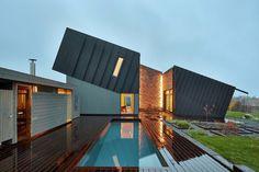 En un momento en que la palabras como sostenibilidad o eficiencia energética están a la orden del día, surgen además lo que se denominan Esto es un paso hacia adelante en el mundo de la arquitectura sostenible ya que las Plus-energy homes van más allá de las casas autosuficientes[...]