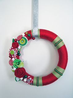 @Emma Grater: This is it. I can make some of the yo-yos. And we can do without the little bolitas. LOVE IT! I think I'd also nix the little patches of green and do the whole wreath in just red. EEK!