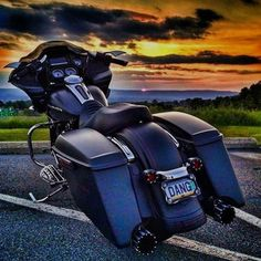 """This week's theme : """"The Sun"""". Share a photo of your tourer or bagger with the sunrise or the sunset in the background.  Tag : #hdtabTHESUN for a chance to be featured. ===================== Credit to : @fnl1sf ===================== Follow & Tag """"HD Tourers and Baggers"""" on Instagram Facebook Twitter & across the Web. ===================== #hdtourersandbaggers  ===================== #instamotogallery #motorcycles #harleydavidson #roadkingclassic #roadking #roadglide #streetglide #softail…"""