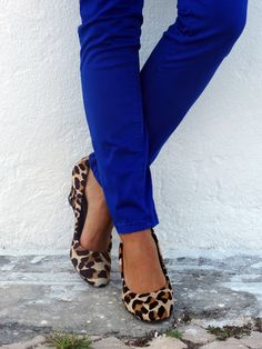cobalt and leopard shoes (black tee, black purse, gold jewelry)
