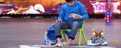 O cubo mágico, ou Rubik, é um desafio demorado para a maioria das pessoas, mas existem pessoas que fazem do Cubo mágico algo extraordinário! :) TopaIsto