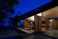peter stutchbury and keiji ashizawa / wall house, shizuoka Residential Architecture, Interior Architecture, Peter Stutchbury, Timber Sliding Doors, Roof Window, Nice View, Home And Garden, Modern, Contemporary