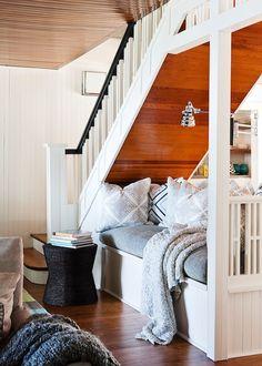 divan sous l'escalier